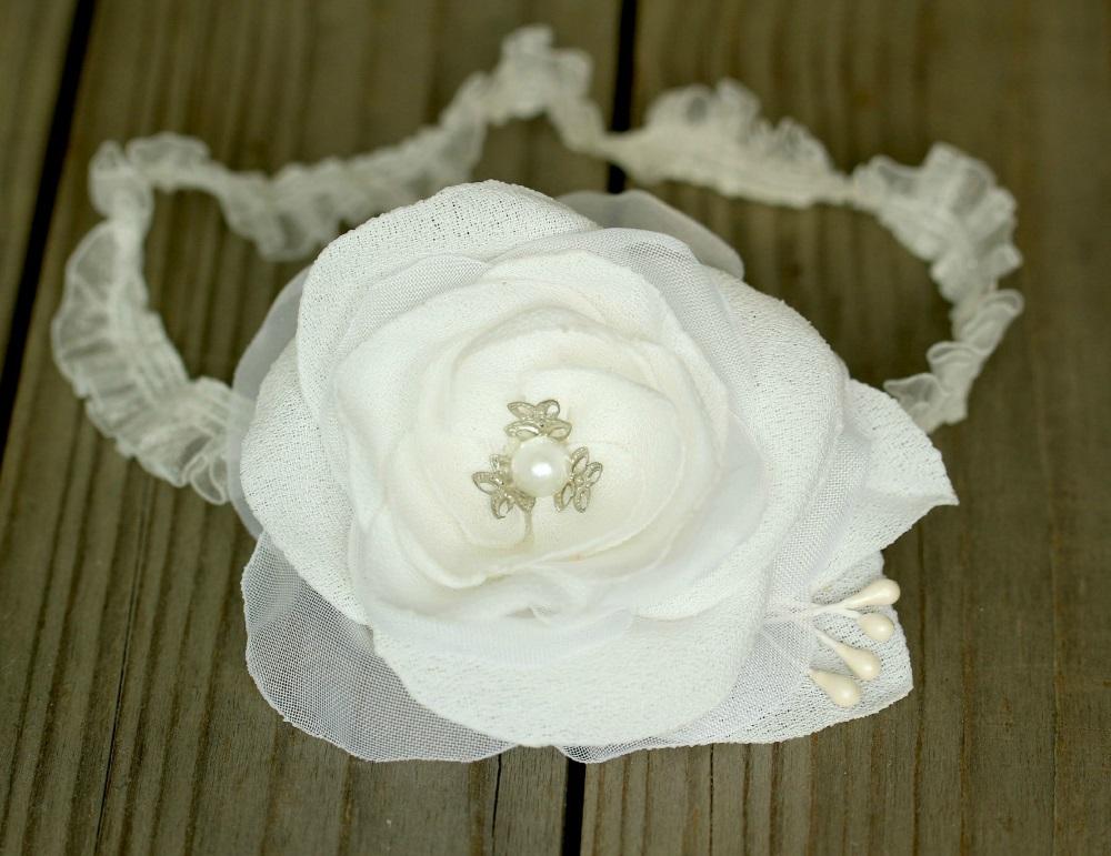 Лента за бебе в бяло