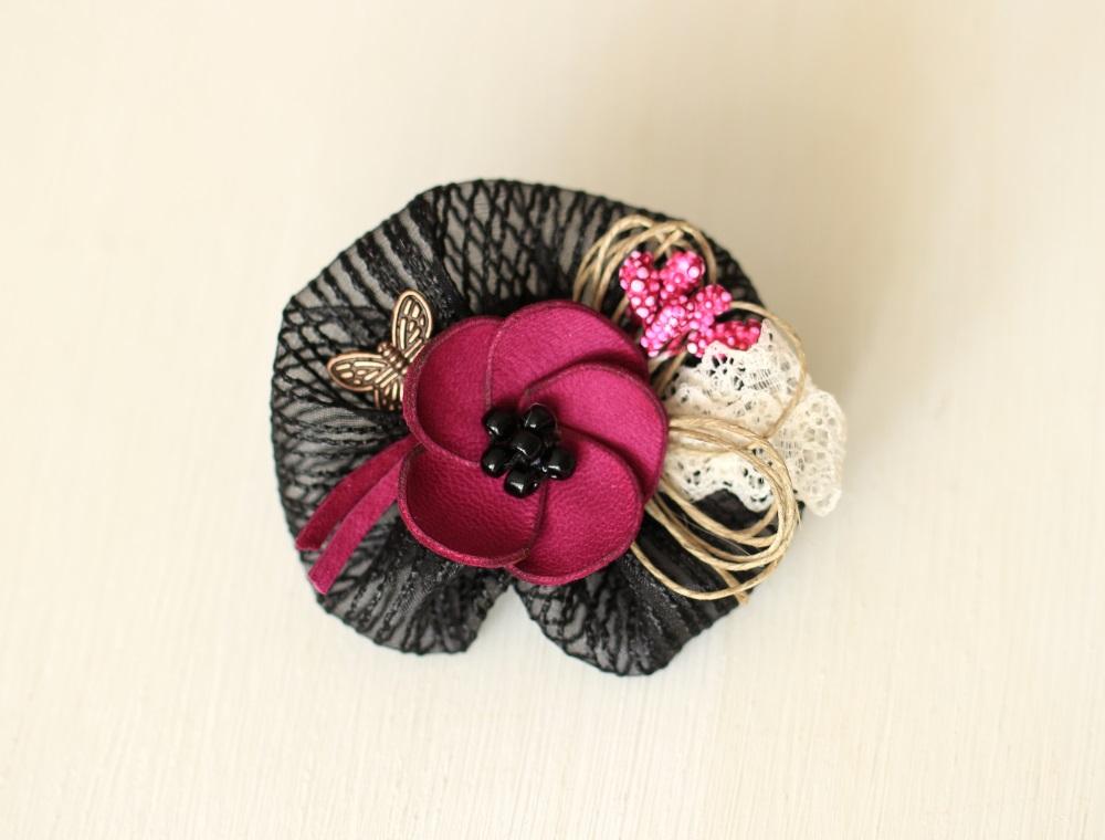 Брошка с кожено цвете циклама